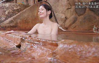 【秘湯ロマン】モデル・吉山りさの泥風呂に入浴しながら見せる色白ボディと谷間おっぱいがエロすぎwwww