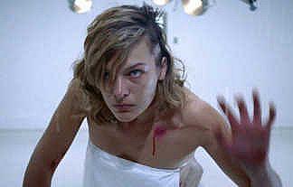 【外人エロ】ミラ・ジョヴォヴィッチが映画で見せた大胆全裸ヌードと綺麗なピンク乳首ポッチwwwww