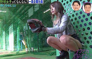 【画像】可愛すぎる野球女子ギャル(22)が太もも見せまくりのホットパンツ姿でM字開脚wwwwww