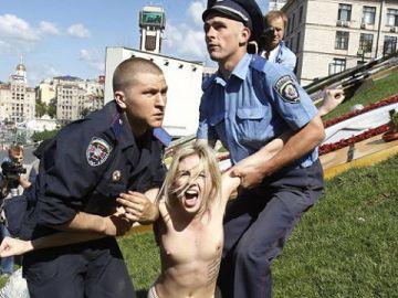 【画像】露出狂女を取り抑える警察官 → 「なんで腰が引けてるの?」「見ないようにしてるw」
