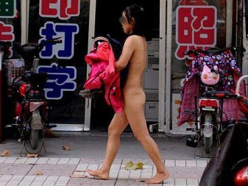 【露出狂】性への締め付けがキツイ中国で壊れてしまった女たち・・・(画像25枚)