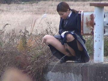 【画像あり】通学途中に野ションしてるJKが発見されるwwwwwwwwwwww