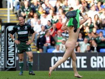 【ストリーキング】試合中に乱入してくる全裸女さん、選手たちを釘付けにするwwwwww