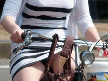 ミニスカ女子さん自転車で疾走してる光景を撮影されパンチラ見放題wwwww