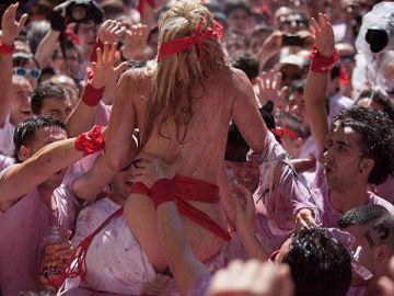 """【エロ画像】スペイン祭りとかいう""""おっぱい""""丸出しにしていいお祭りサイコーwwwww"""