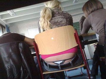 【画像】前の席の女のケツがエロ過ぎて授業に集中できない・・・(27枚)