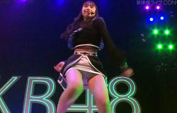AKB48大盛真歩、純白パンティーが丸見え!ライブで股間を真下から映される