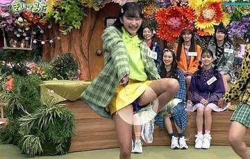小川桜花 生パンチラ!超ミニスカの股間からマジでパンツが見えてる