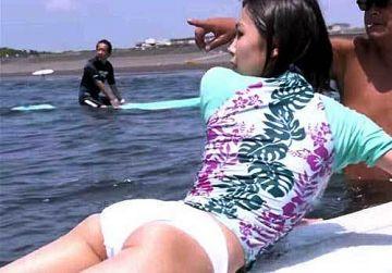 寺本莉緒 股間の割れ目に食い込む白ビキニではじめてのサーフィン