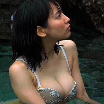吉岡里帆、巨乳なこのおっぱい!スケベな身体した乳房