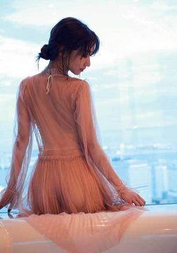 AKB48柏木由紀、お尻の割れ目が丸見えになってる透け透けパンティー