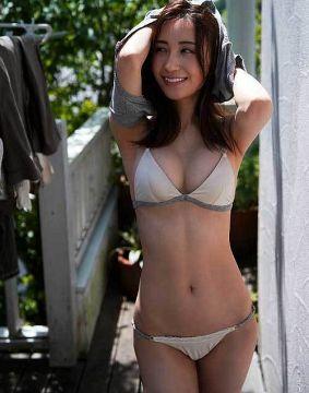 伊藤愛真、紐パンティーを履くとメコスジがクッキリ入っちゃうのよね股間