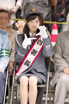 AKB48小栗有以、純白パンチラ!スカートの中が丸見えになってる股間