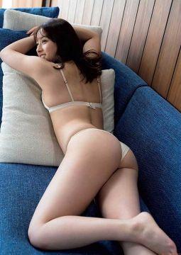 元AKB48大和田南那、純白パンティーが股間に食い込んで尻見えちゃう