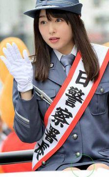 桜井日奈子、純白パンチラ!ミニスカの股間が真正面から丸見え状態