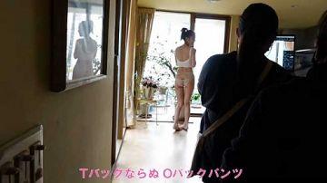 内田理央、最新のお尻の割れ目が丸見えになってる透けパンティー股間