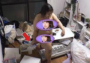餅田コシヒカリ(26)、カメラ前で突然全裸に、そのまま部屋を歩き回って色々見えそうwww