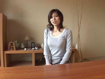 【松浦ユキ】36歳のバツイチママさんはセンズリを見ているだけで喘ぎまくり!オーバーリアクションで射精に導くスケベママさん
