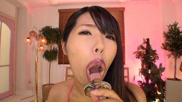 【百田まゆか】透明ディルドをしゃぶってスケベ唇を見せ付けるお姉さん!M男をイジメる前に雁高ディルドでウォーミングアップ