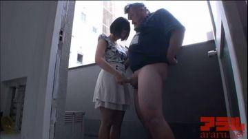 [動画]【阿部乃みく】美少女がベランダでデブおじさんのチンコを弄ぶ!緩急をつけた手コキでM男は悶絶暴発寸前