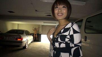 [動画]【夏目優希】駐車場で手コキアルバイト!パンツ一丁男を気持ち悪がりながらもパンパンオチンチンを楽しそうにシコシコ