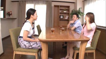 【深田芽衣】娘の彼氏が好きなお母さんと彼女のお母さんが好きな彼氏!娘の居ぬ間に彼氏の指マンに立ったまま連続アクメ