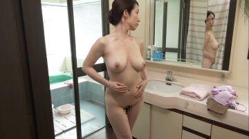 【黒木まり】無防備な全裸シャワー姿を晒す巨乳お母さんに勃起した息子!腋毛や陰毛をを剃毛する艶めかしい濡れた素肌に興奮が治まらない
