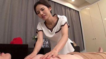 美人奥様がしなやかな指使いで射精に導いてくれるメンズエステサロン!至極のベロチュウ手コキ施術で睾丸デトックス