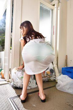 [画像]挿れて下さいと言わんばかりに透け尻を突き出してゴミ捨てをしている近所の奥さん!ハメてあげると味を占めて他人棒強請りしてくる淫乱妻