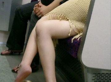 ゾクゾクするほどそそる美脚…電車内で隠し撮りされた素人たちのエッチな美脚フェチ画像