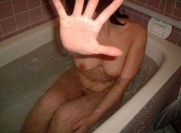 彼氏がスケベだとお風呂ものんびりはいれない!?無防備な全裸をネットにばら撒かれる素人のお風呂エロ画像