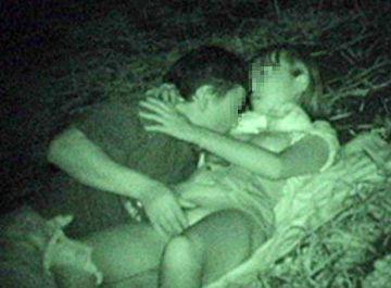 夏の間…密を避けるため深夜の公園でエッチしちゃったバカップルがまる見え!赤外線カメラで撮られた青姦エロ画像