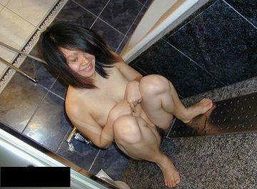 男ならみんな一度は彼女にやらせる…全裸放尿!すっぽんぽんでおしっこする女の子の放尿エロ画像