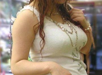 いやらしい乳房の膨らみに思わずみとれる…服を脱がして丸裸にしたい!スケベな妄想がとまらないデカすぎる着衣巨乳エロ画像