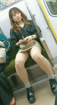 電車内でパンチラを目撃した時の感動がコチラww