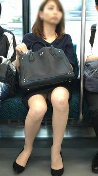 通勤中のチラチラのパンチラタ~イムが楽しいね