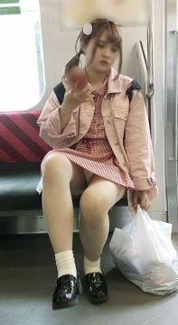 電車通勤っていい座り場所さえ確保すればパンチラが拝めるなんてなんて素晴らしいパンチラスポットだ