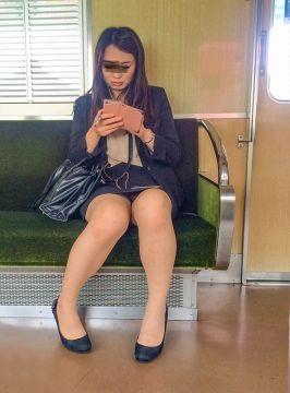 見えてます!パンツがパンツが見えてます!幸せの通勤電車