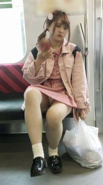電車内で可愛い子の▼からパンツが見えた瞬間にワイの取った行動