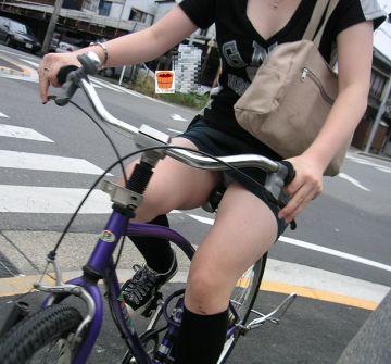 キ~コキコと自転車漕ぎながらパンチラしているチャリパンチラ