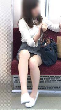 【電車パンチラ】向かいの席でパンツが見えそうで見えてる楽しい通勤パンチラが幸せ