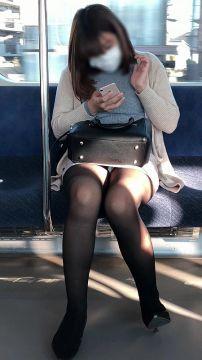 電車内でパンチラを無料で鑑賞できるとは朝から興奮