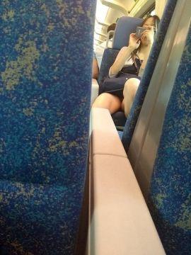 スカート女子が向かいに座るとパンチラタイムのはじまりはじまりw
