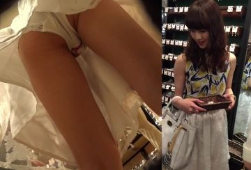 【超パンチラ】手をプルプルさせながらスマホをスカートにブチ込みパンツをしっかり撮影