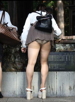 【見えてるパンチラ】スカート短か!パ、パンツみえてますやんwラッキー