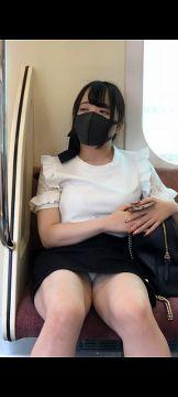 電車パンチラのコツはいかにスカート女子の前の席に座るかに掛かってる!