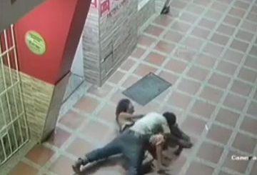 【衝撃流出】防犯カメラが捉えたレイプ現場!女性が襲われて挿入されるまでの一部始終が映る…