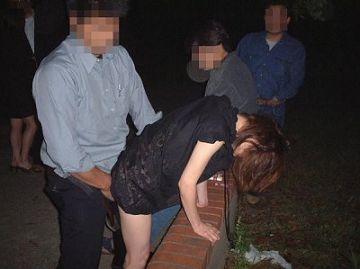 【個人撮影】旦那が撮影。夜の公園にいた知らない若者に自分の妻を貸し出した異常ビデオがこちら
