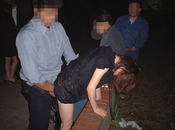 【個人撮影】撮影者は夫…夜の公園にいた知らない若者達に自分の妻を貸し出した異常ビデオがこちら