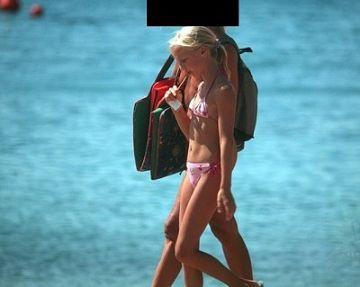 【スマホ動画】ヌーディストビーチでこっそりオナニーを始めた美少女さんがこちらwwwww